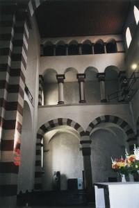 Bergan Sankta Dafnusialle omistettu linnankirkko muistutti tätä Hildesheimin romaanista Mikaelinkirkkoa. Takana kohoavalta parvelta Bergan vallasväki seurasi messua. Permannolla Geir ja Constanzia vilkuilivat salaa toisiaan.